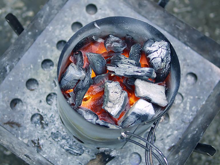 火起こし器や着火剤を有効に使って、バーベキューや調理に必要な炭の火起こしを簡単に